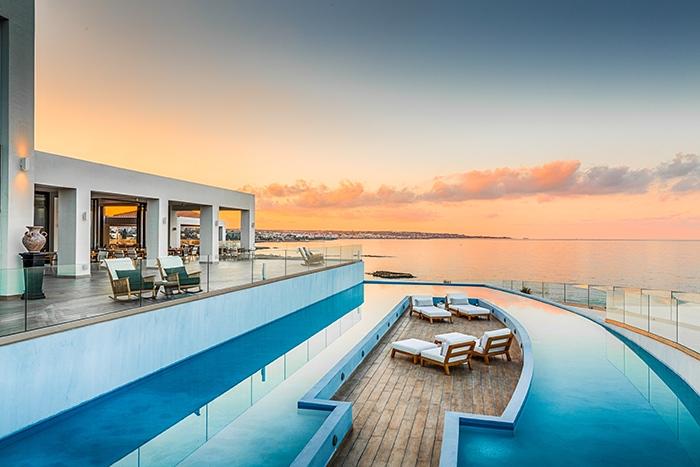 Lounge und Pool im Außenbereich - Abaton Island Resort & Spa